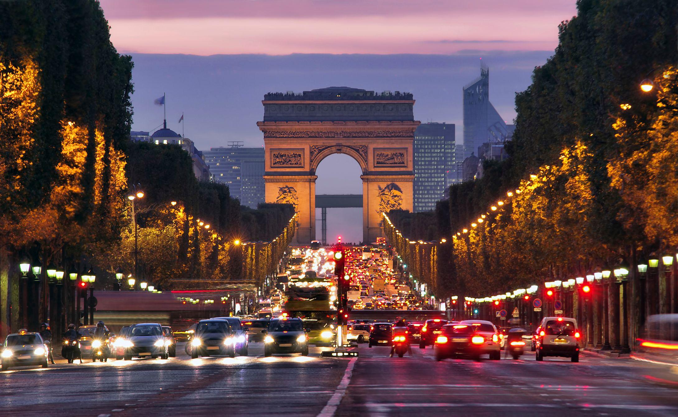 Отели вблизи Триумфальной арки в Париже не каждому по карману.