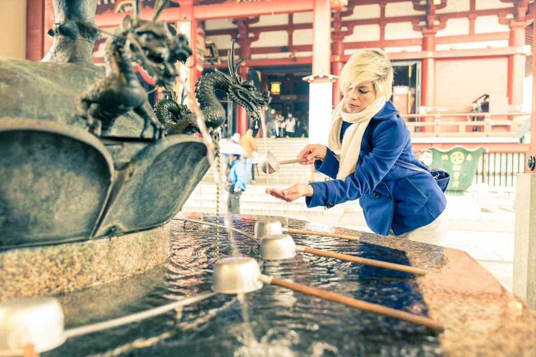 Κρήνη μέσα σε παραδοσιακό ναό της Ιαπωνίας