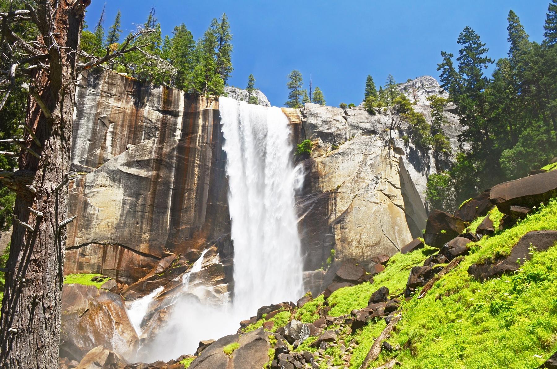 Водопад Вернал — одна из главных жемчужин национального парка Йосемити в США