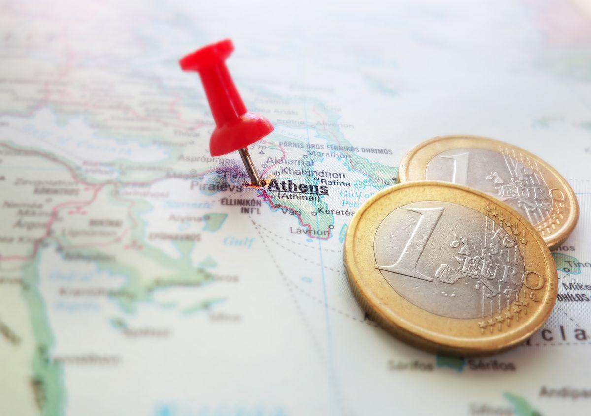 Προορισμός Aegean σε χάρτη: Αθήνα. Κέρματα ευρώ από δίπλα