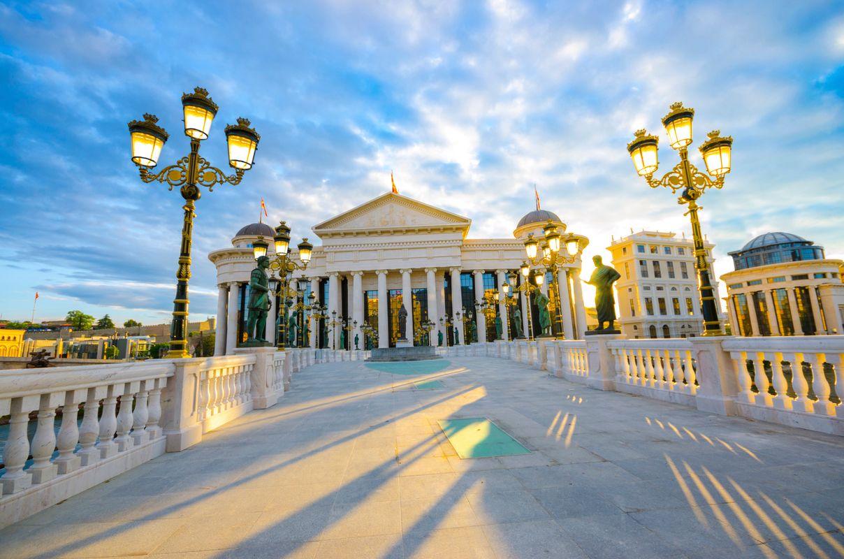 Warum ihr 2020 unbedingt nach Nordmazedonien reisen solltet: Die prunkvolle Hauptstadt Skopje