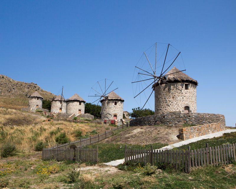 Παραδοσιακοί μύλοι στη Λήμνο, έναν απ' τους τοπ προορισμούς για κοντινές αποδράσεις τον Ιούλιο