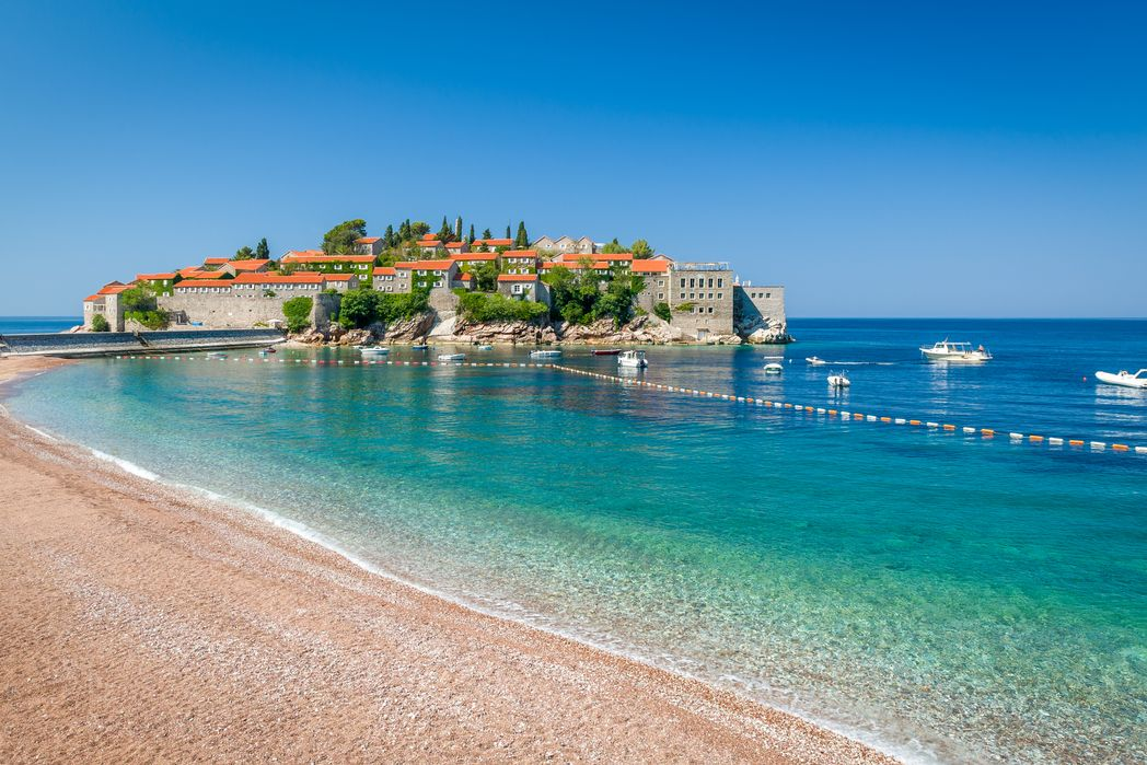 Ροζ παραλίες με θέα τη νησίδα του Σβέτι Στέφαν - φθηνό ταξίδι στο Μαυροβούνιο.
