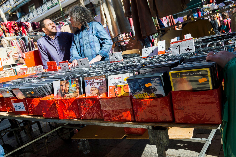 Πάγκος με δίσκους στο παζάρι Ελ Ράστρο - ψώνια στη Μαδρίτη