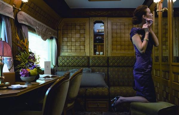 Γυναίκα ντυμένη επίσημα στο Οριάν Εξπρές - ταξίδι με τρένο σε Ελλάδα και εξωτερικό