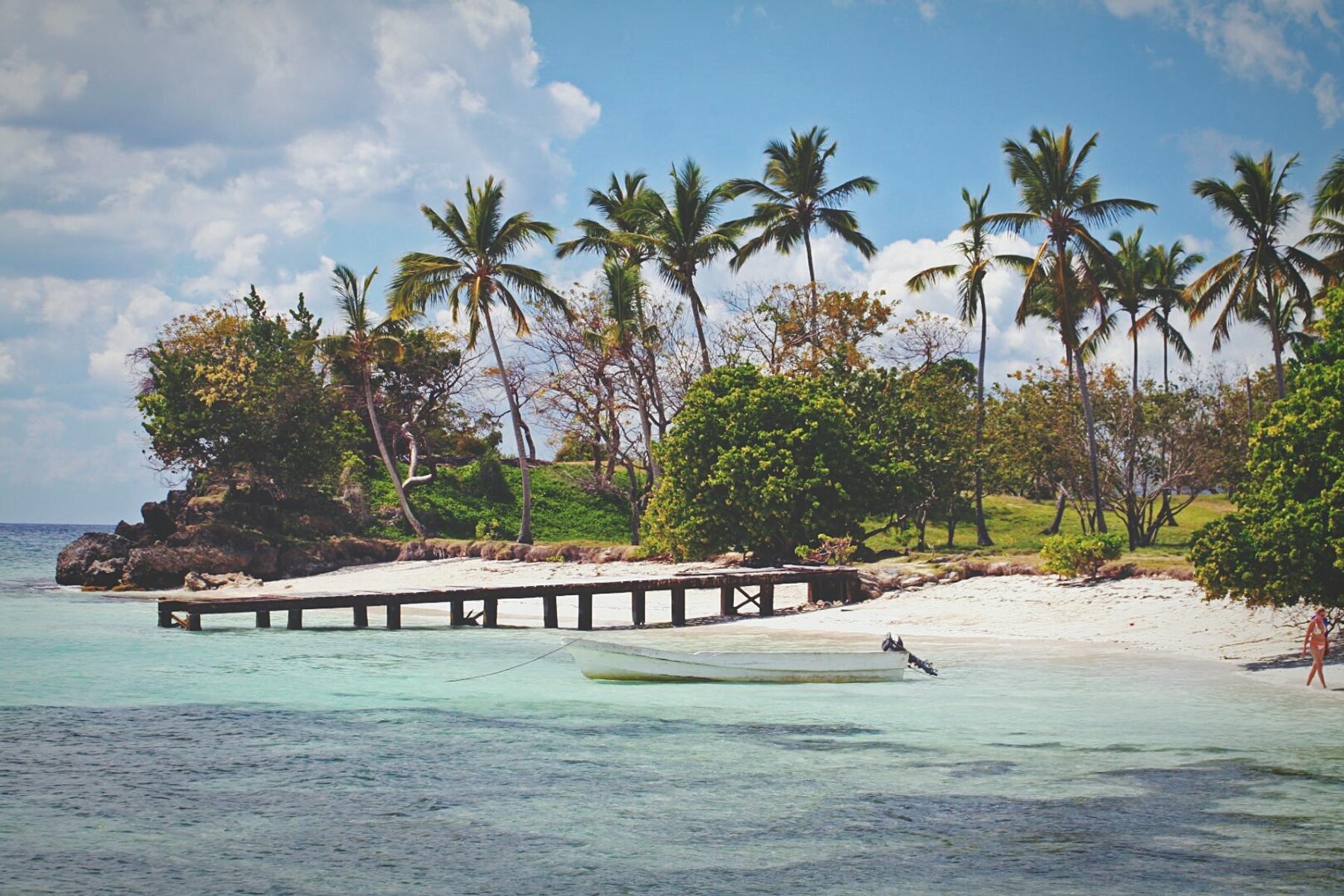 Praia quase deserta na República Dominicana.