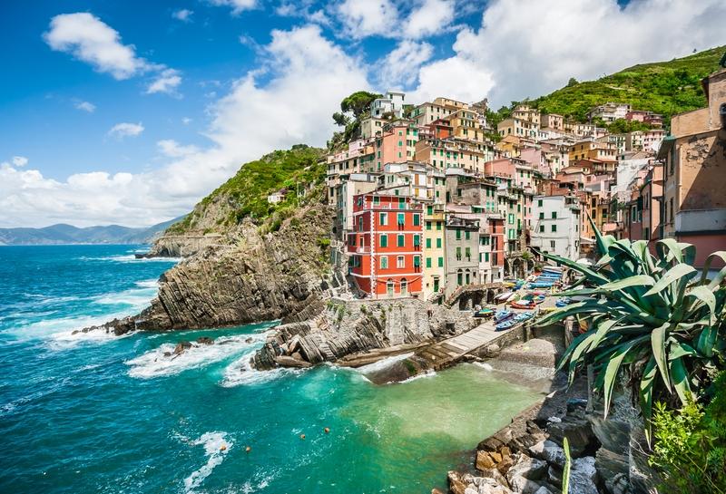 Разноцветные домики в Манароле в Италии, нависающие над морем