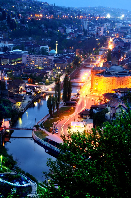 Το Σεράγεβο από ψηλά φωτισμένο τη νύχτα
