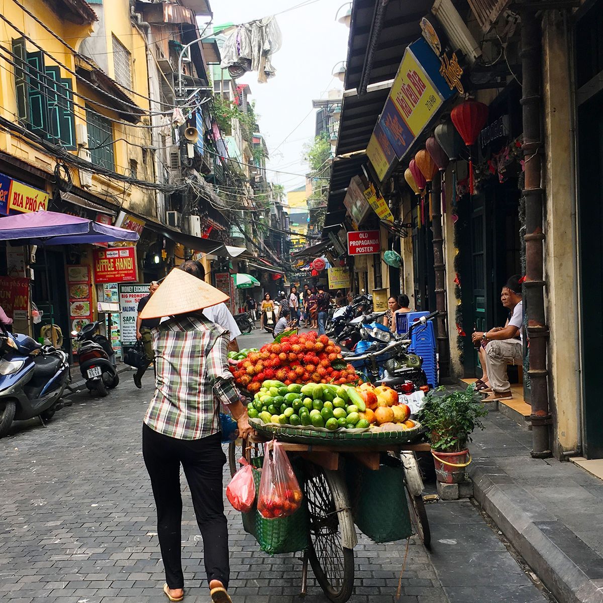 Γυναίκα πουλά φρούτα σε στενό του Ανοί