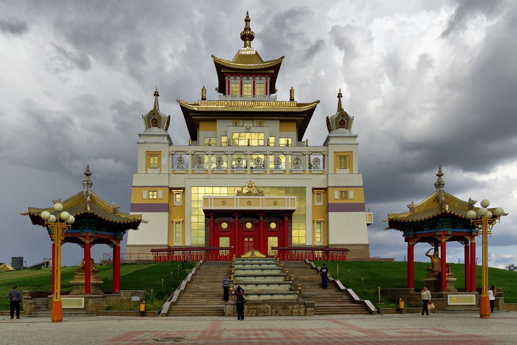 Буддийский храм с золотой отделкой