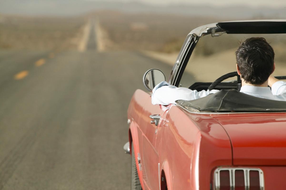 Auto op een open weg