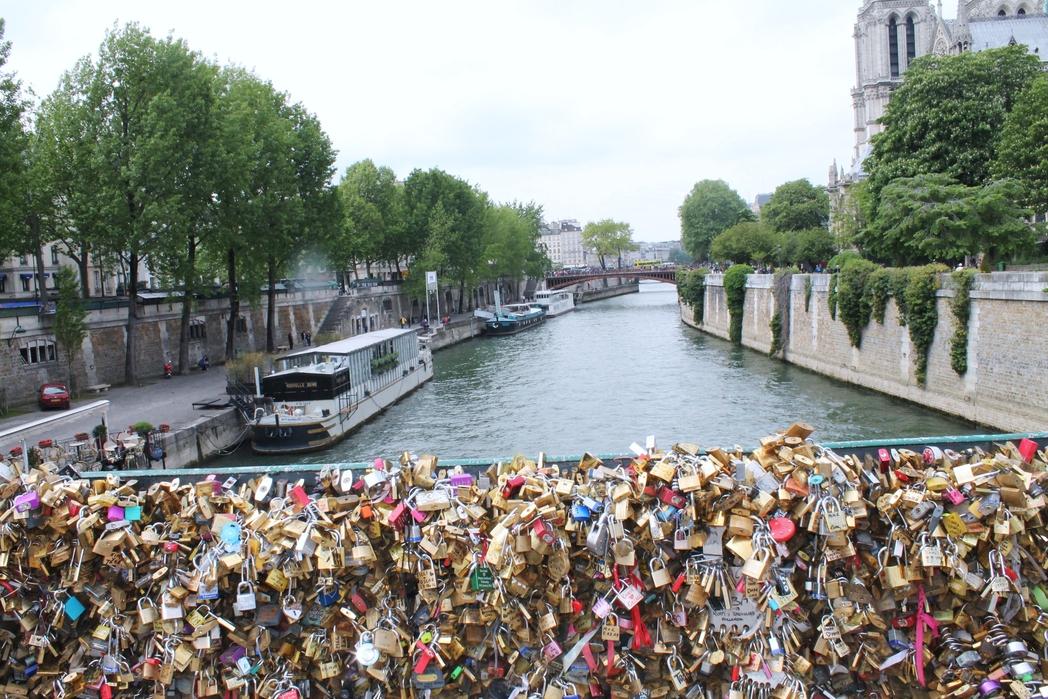 Η γέφυρα με τα λουκέτα των ερωτευμένων στον Σηκουάνα