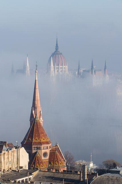 Οβελίσκοι στην ομίχλη στη Βουδαπέστη, Ουγγαρία - φθηνά ταξίδια στις πόλεις της Ευρώπης