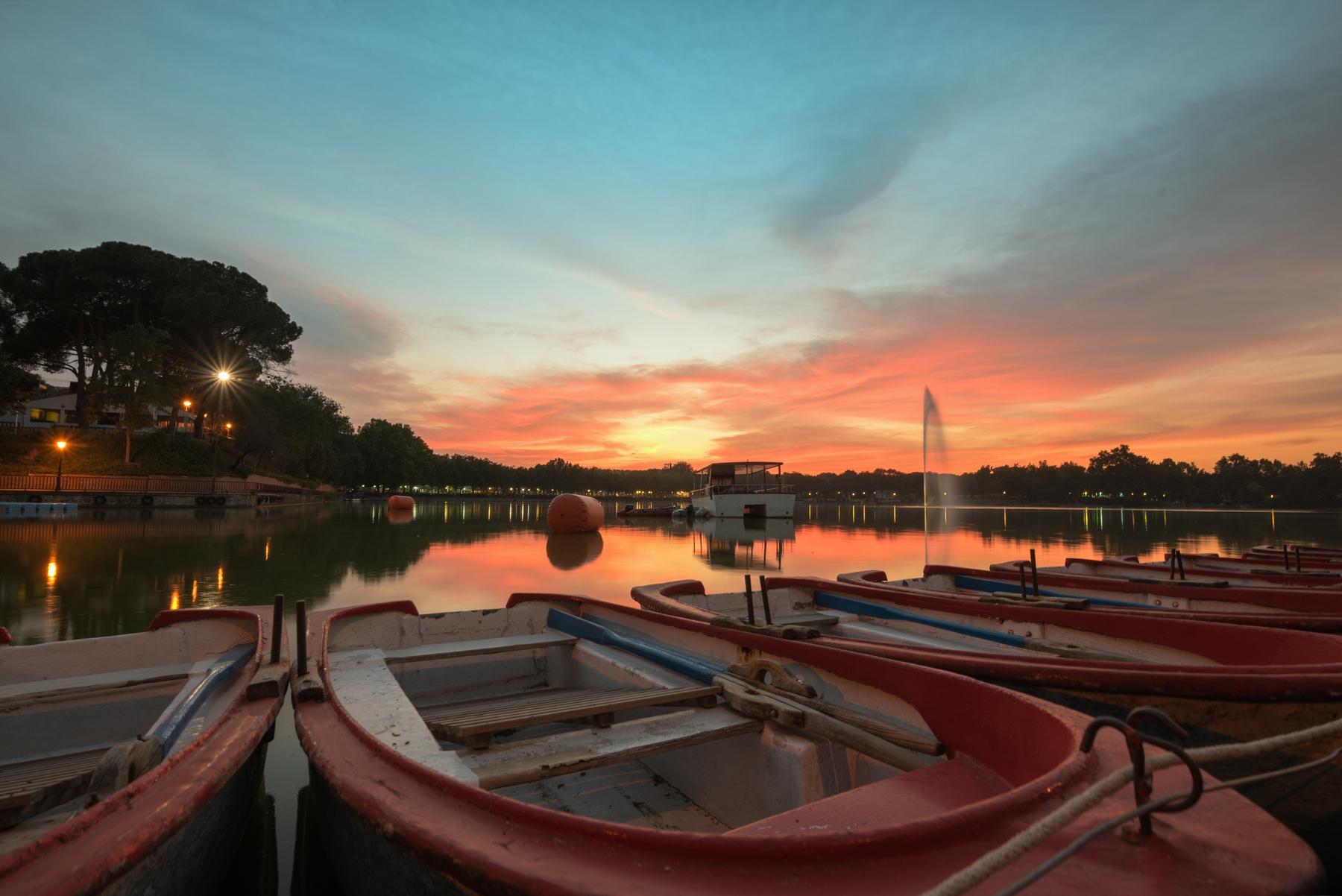 atardecer en el lago de la Casa de Campo en Madrid