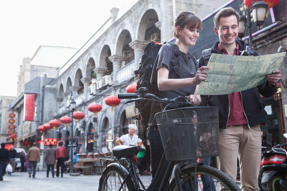 Τουρίστες κοιτάζουν τον χάρτη στους δρόμους του Πεκίνου - city-hopping στις πόλεις της Ασίας