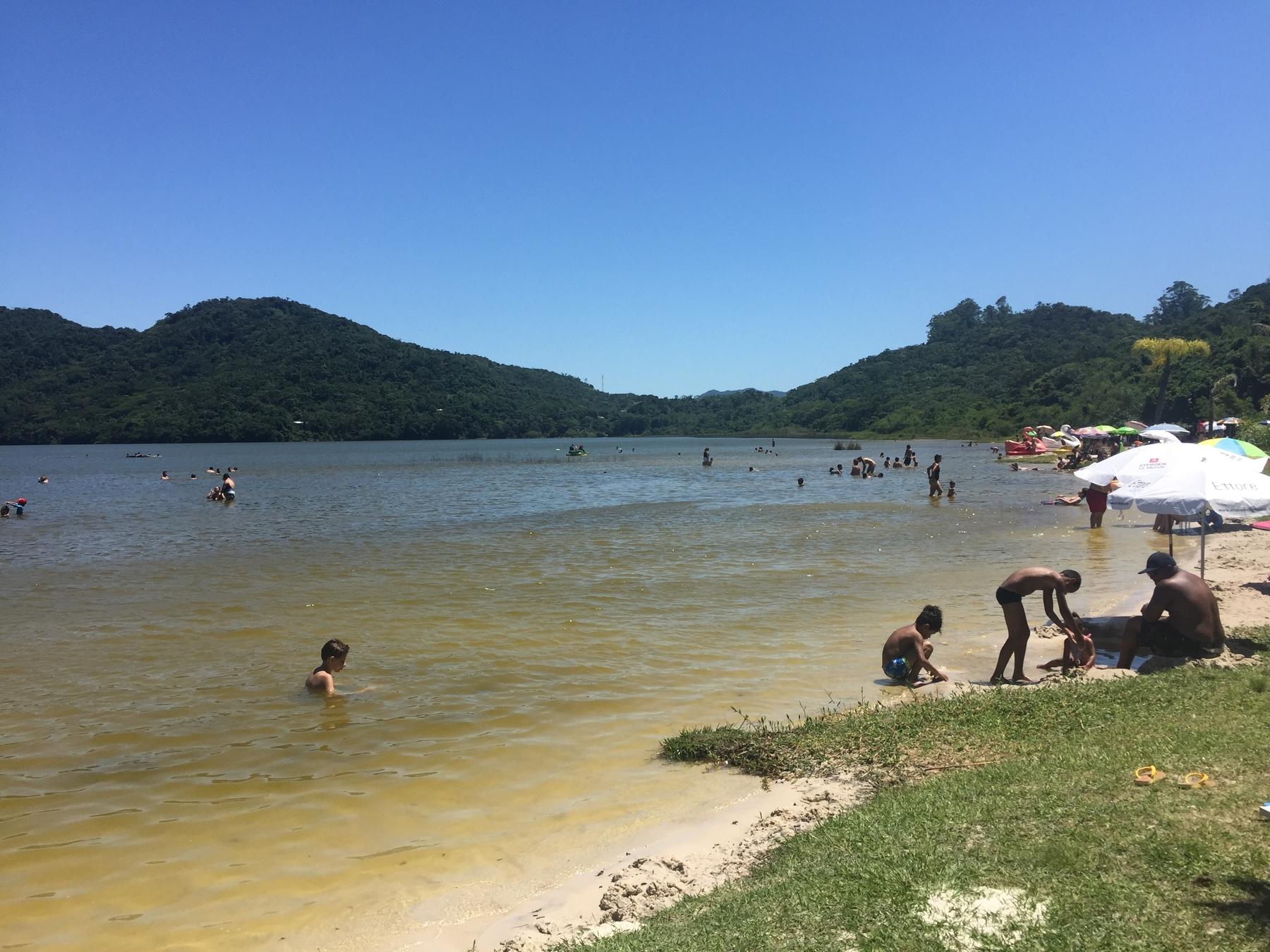 Crianças brincando na Lagoa do Peri, Florianópolis.