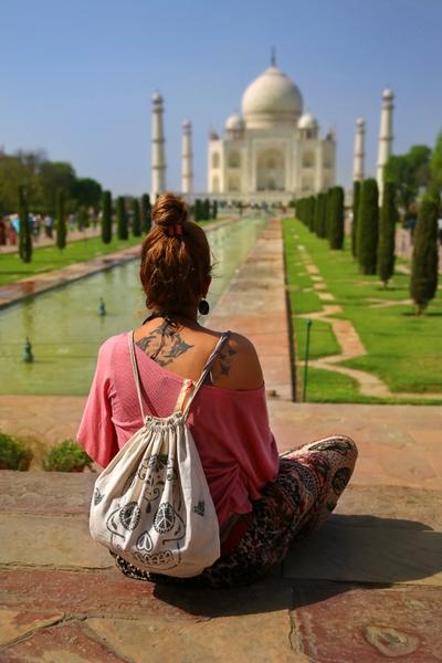 Νεαρή κοπέλα αγναντεύει το Τατζ Μαχάλ και τους κήπους του στο βάθος