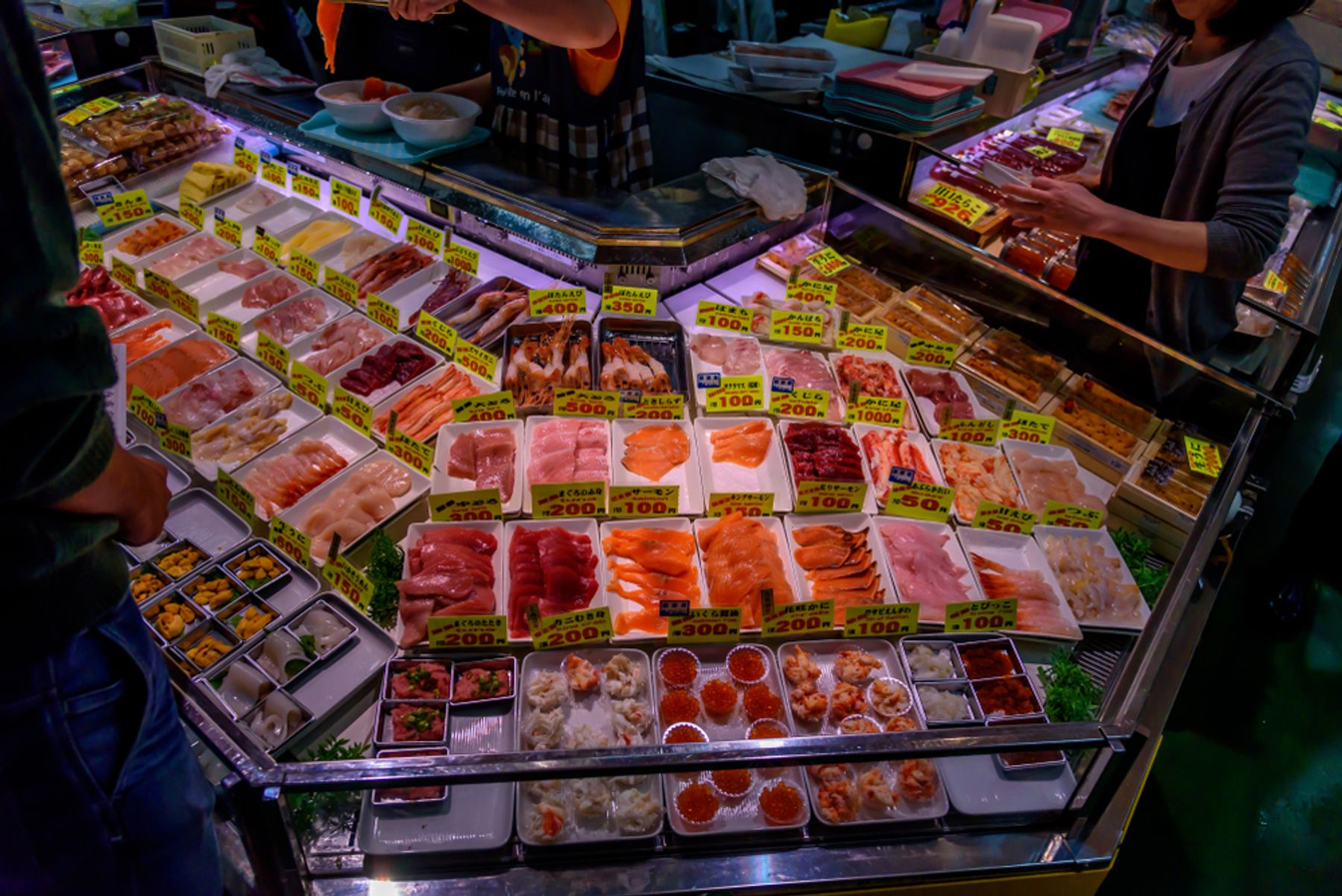北海道 和商市場の名物「勝手丼」は好きなお刺身を盛ってつくれる