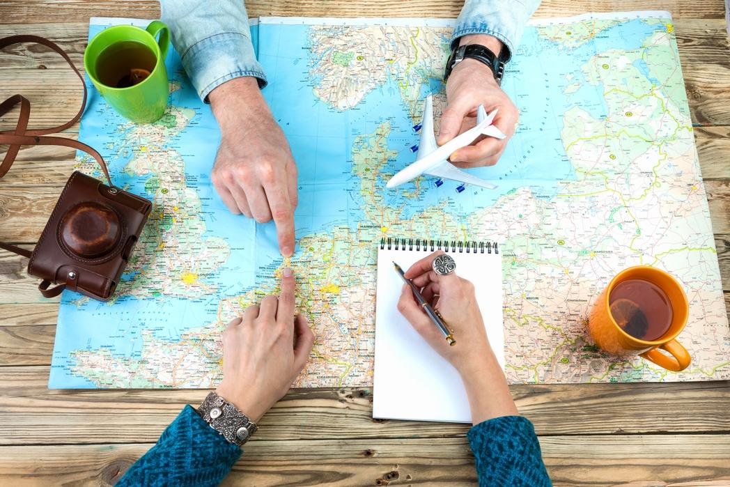 Ζευγάρι προγραμματίζει διακοπές - 12 tips για φθηνές διακοπές με παιδιά