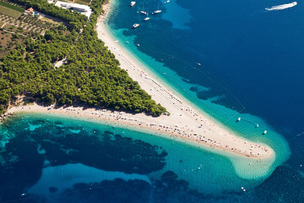 """Η """"γλώσσα"""" από βότσαλα του Zlatni Rat, που εισβάλλει στη θάλασσα είναι το top αξιοθέατο στο νησί Μπρακ, Δαλματικές Ακτές"""