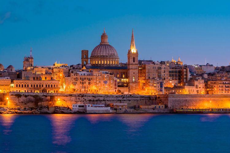 Η Μάλτα φωτισμένη το σούρουπο - τοπ 20 φθινοπωρινοί προορισμοί