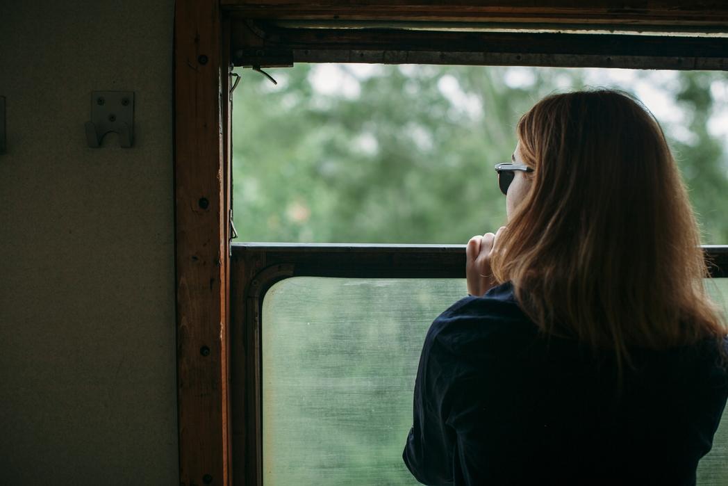 Γυναίκα ταξιδεύει με τρένο.