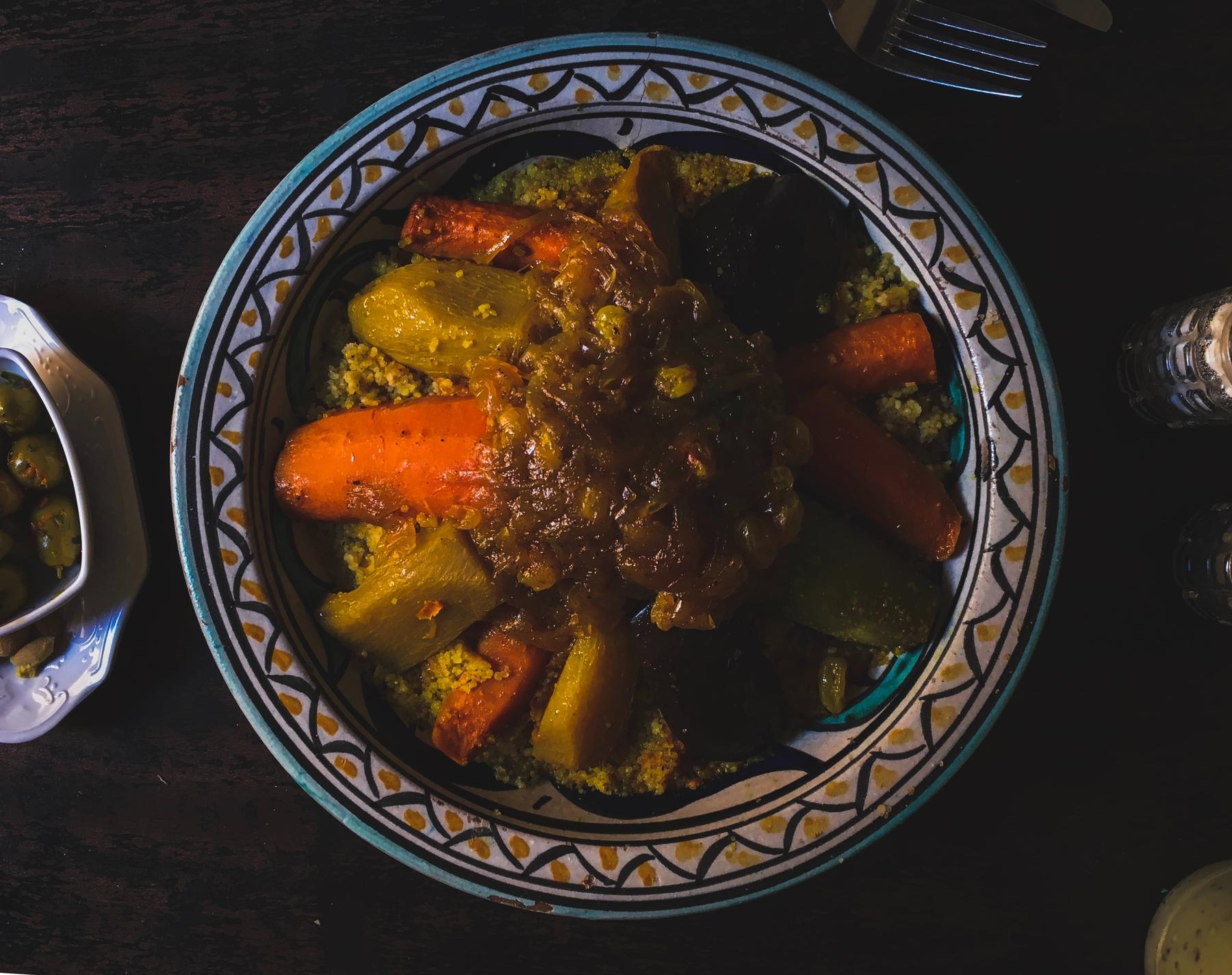 Marokkos Länder-Faktum ist, dass dort freitags traditionell Couscous-Tag ist, an dem sich die ganze Familie versammelt, um die köstliche Speise gemeinsam zu genießen.