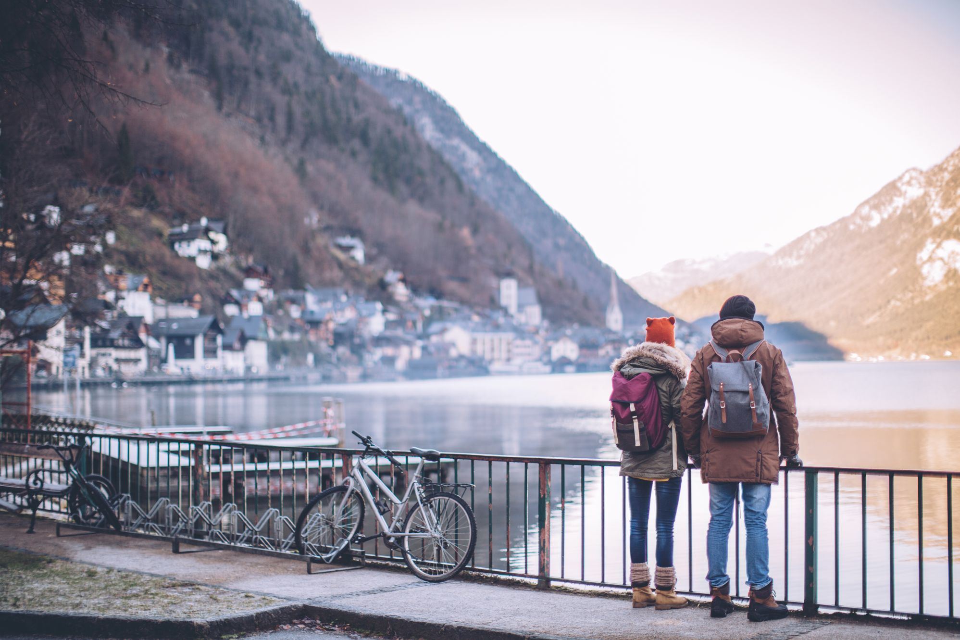 Zευγάρι σε χειμερινές διακοπές στο Χάλστατ της Αυστρίας