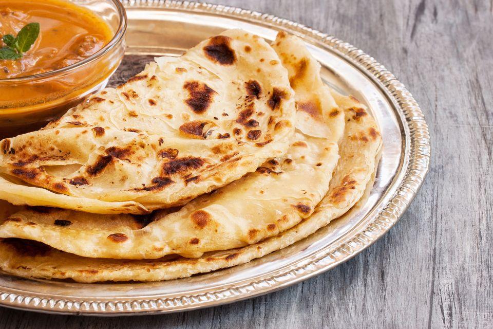 Типичный индийский завтрак - жареная в масле лепешка с картошкой алу паратха