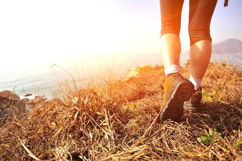 Γυναίκα κάνει πεζοπορία με γερά παπούτσια