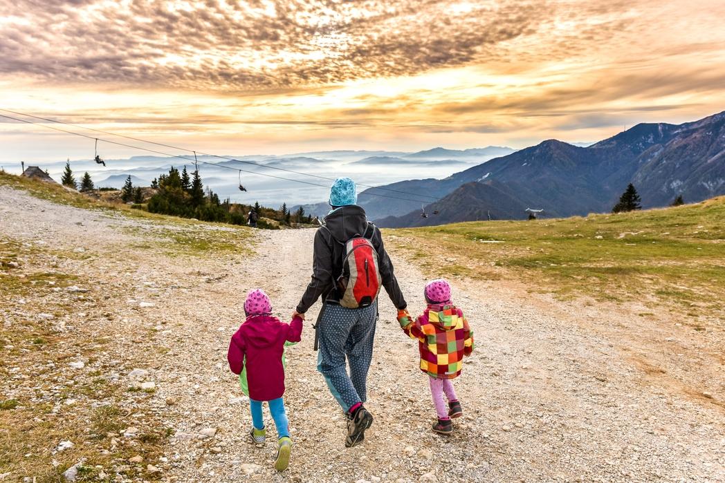 Οικογένεια ανακαλύπτει τις ομορφιές ενός προορισμού με τα πόδια -  συμβουλές για φθηνές διακοπές με παιδιά