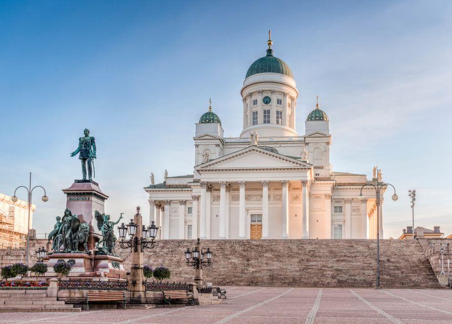 Сенатская площадь в Хельсинки. Кафедральный собор и памятник Александру II