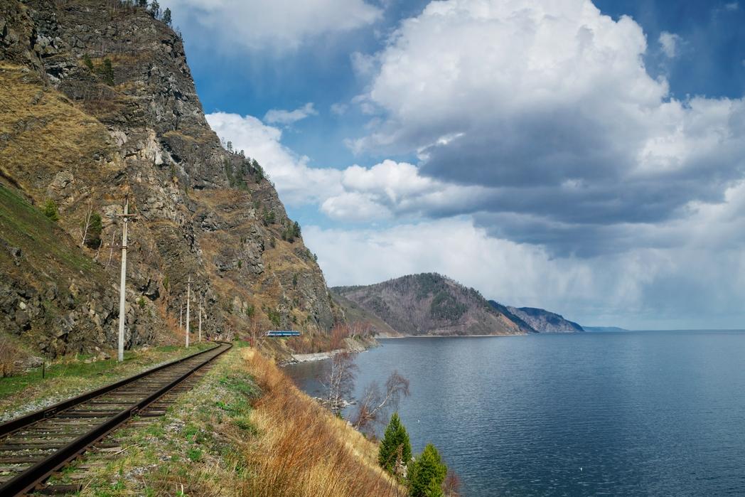 Ράγες δίπλα στη λίμνη Βαϊκάλη - ταξίδι με τον Υπερσιβηρικό Σιδηρόδρομο