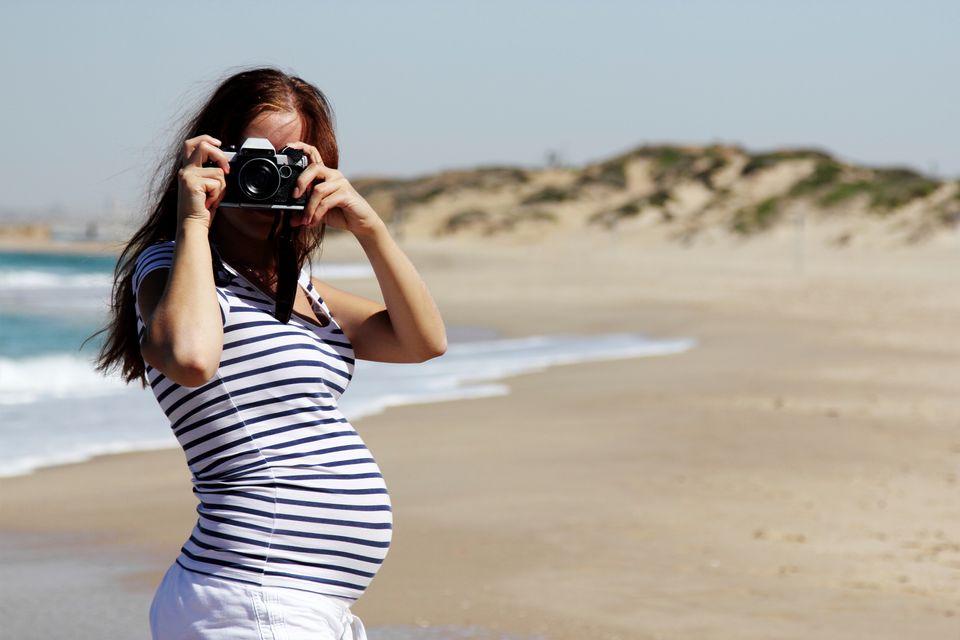 Έγκυος σε παραλία βγάζει φωτογραφία