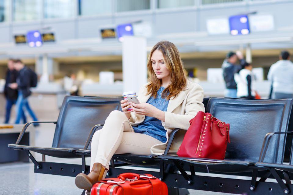 Γυναίκα σε αίθουσα αναμονής αεροδρομίου. Αεροπορικά ταξίδια στην εγκυμοσύνη