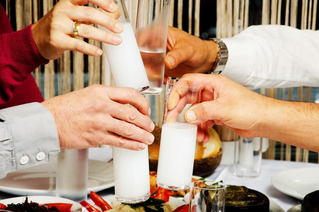 Παρέα τσουγκρίζει ποτήρια με ούζο