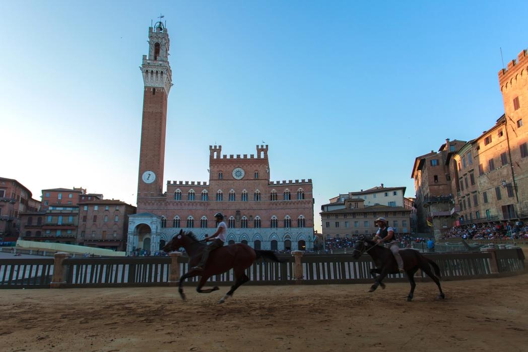 To Palio είναι η διάσημη ιπποδρομία που διεξάγεται δύο φορές τον χρόνο στη Σιένα, Ιταλία