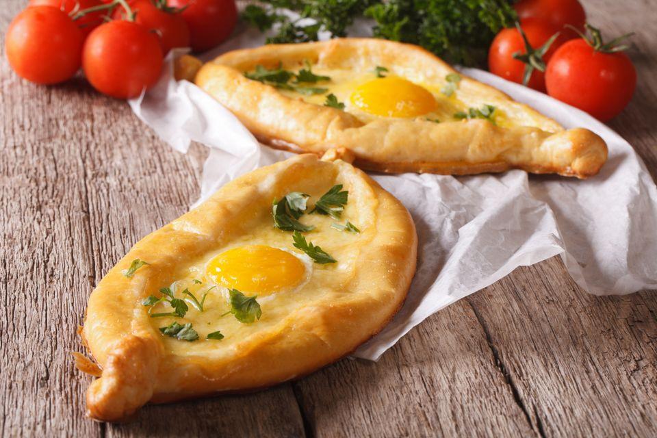 Традиционный грузинский завтрак - хачапури с сыром сулугуни
