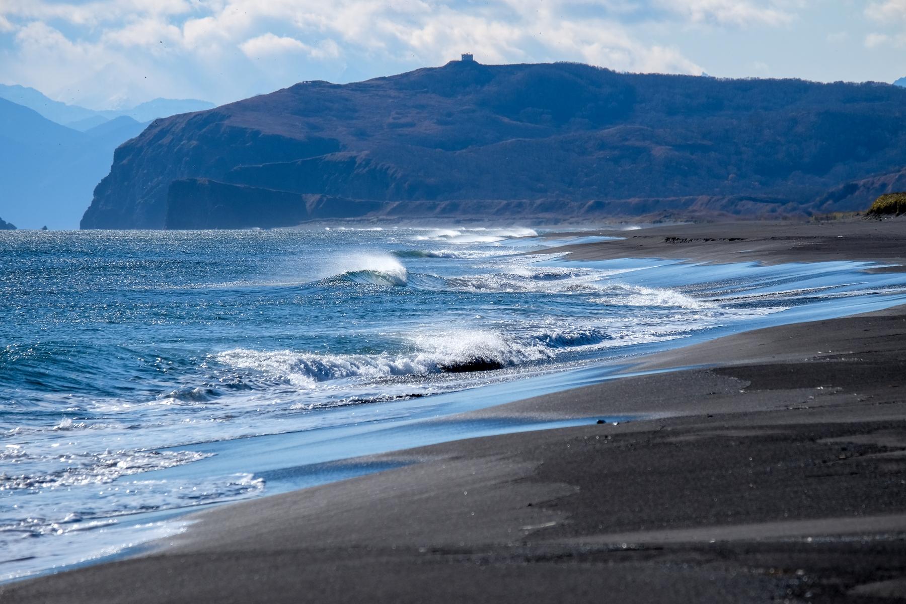 Пляж с черным песком — редкое и уникальное зрелище