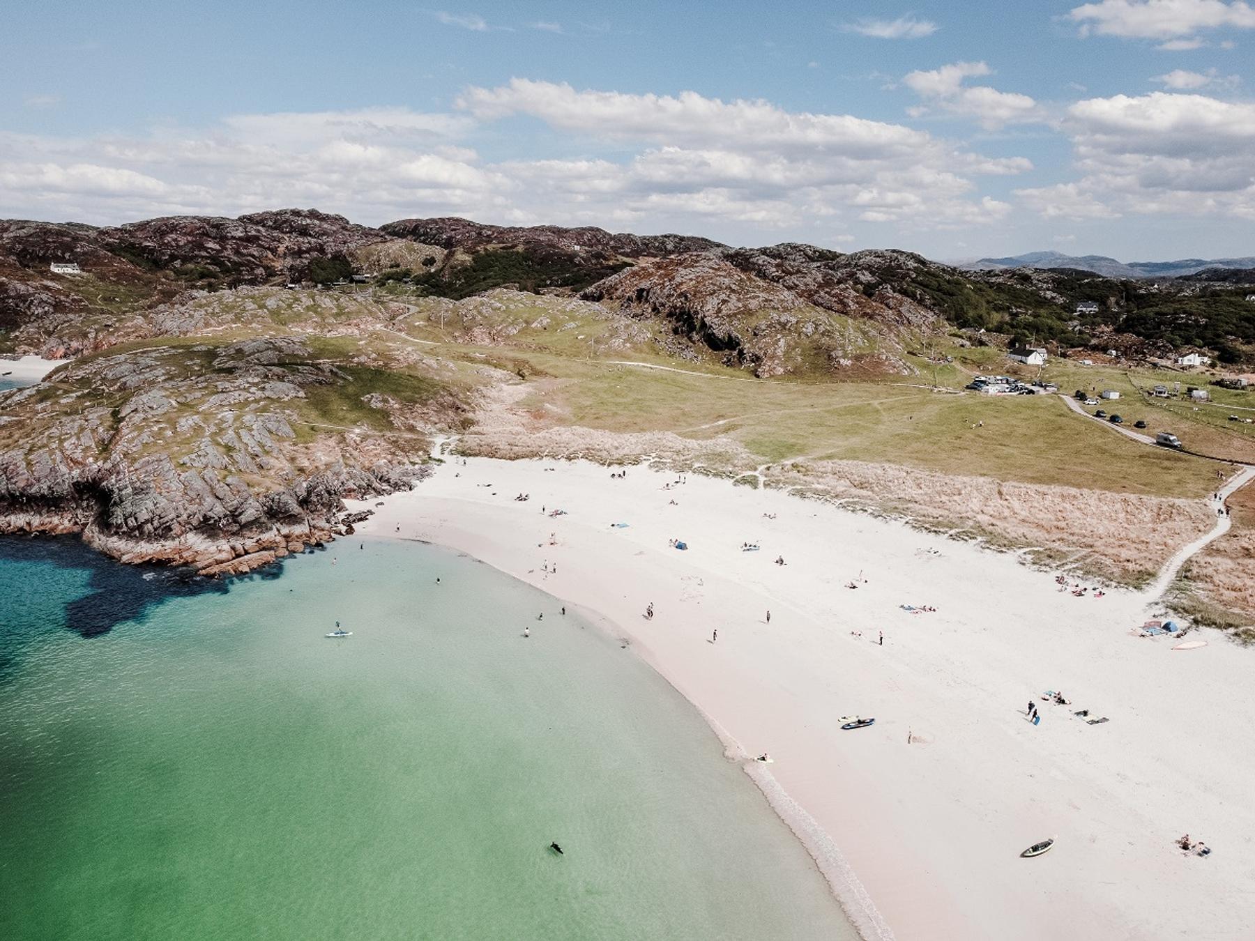 La spiaggia di Achmelvich Bay, nelle Highland scozzesi, meta perfetta per un Ferragosto last minute