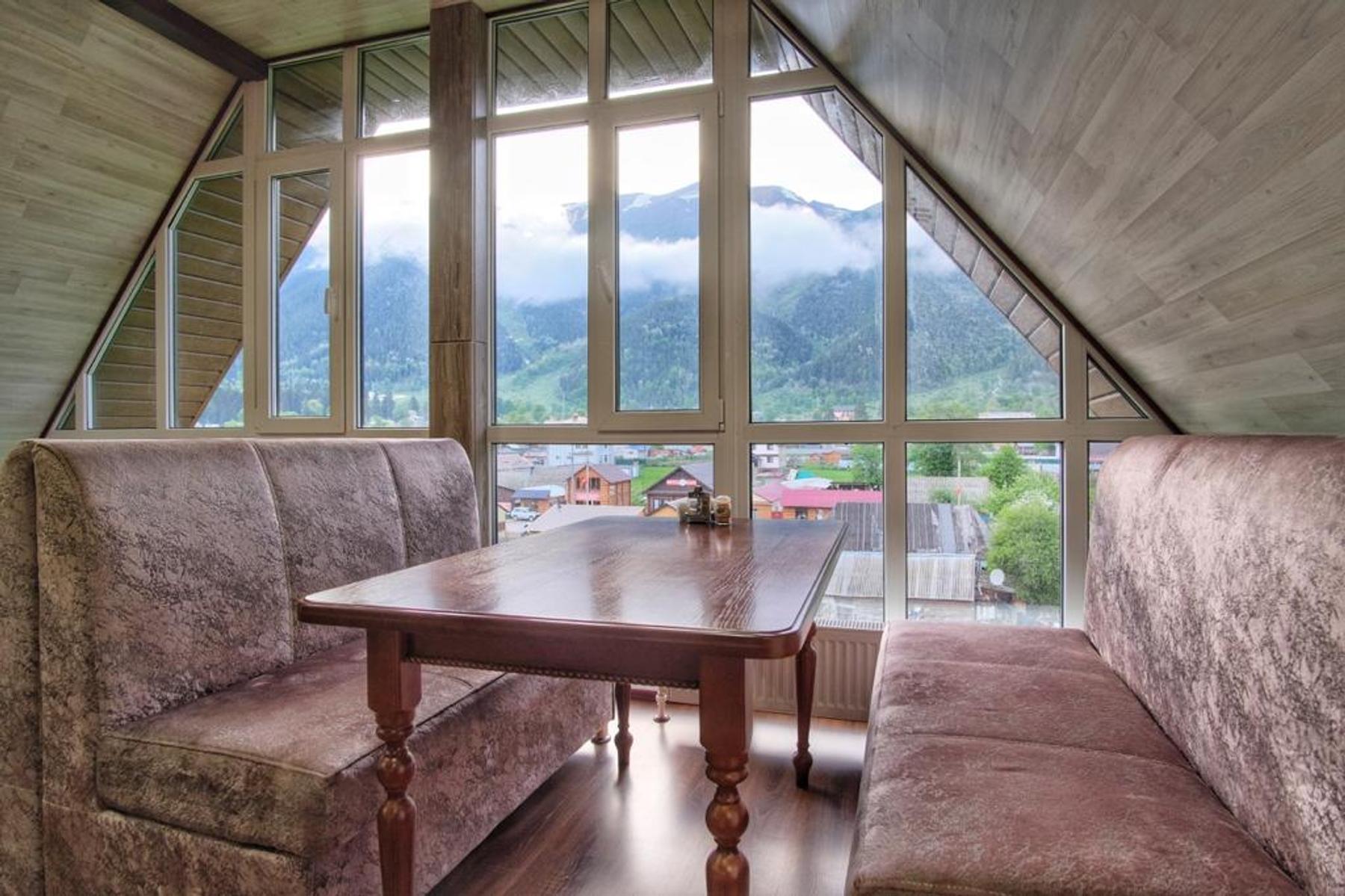 Вид на поселок Архыз из окна отеля «Кавказ»