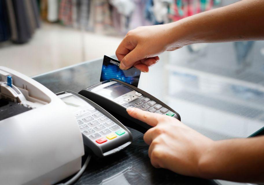 Υπάλληλος περνάει πιστωτική κάρτα από POS