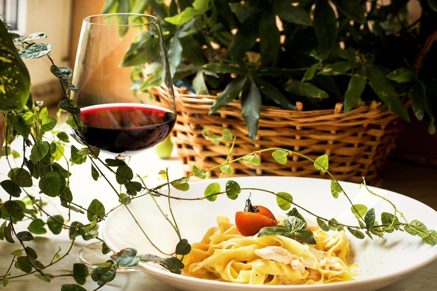 Итальянская паста тальятелле и бокал красного вина.