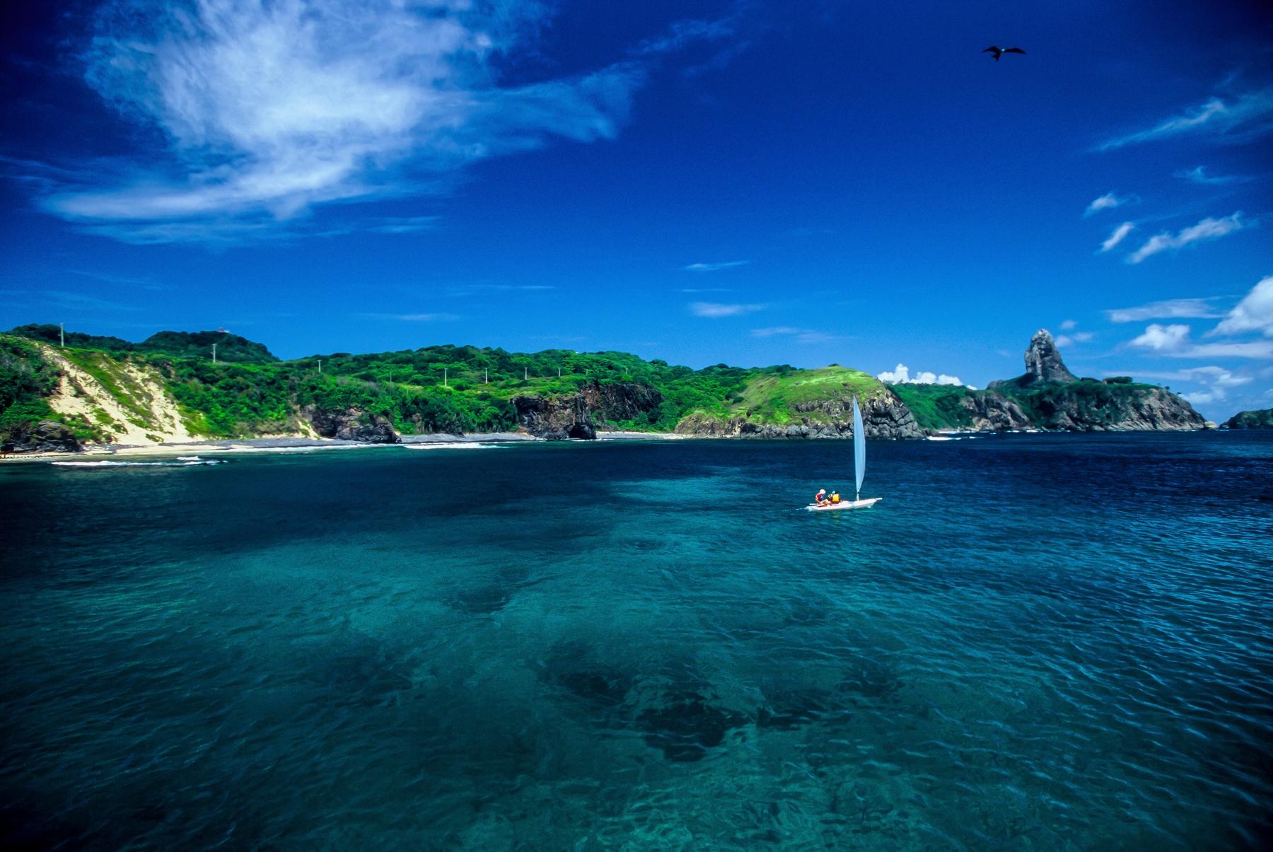 Barco navegando em Fernando de Noronha
