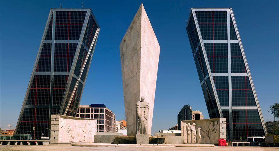 Οι φουτουριστικοί πύργοι στην Puerta de Europa, ένα απ' τα τοπ αξιοθέατα της Μαδρίτης