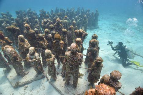 Дайвинг в подводном музее Канкуна в Мексике