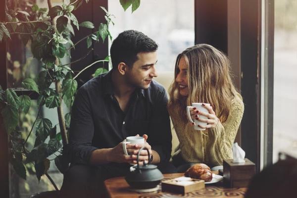 Zευγάρι πίνει καφέ