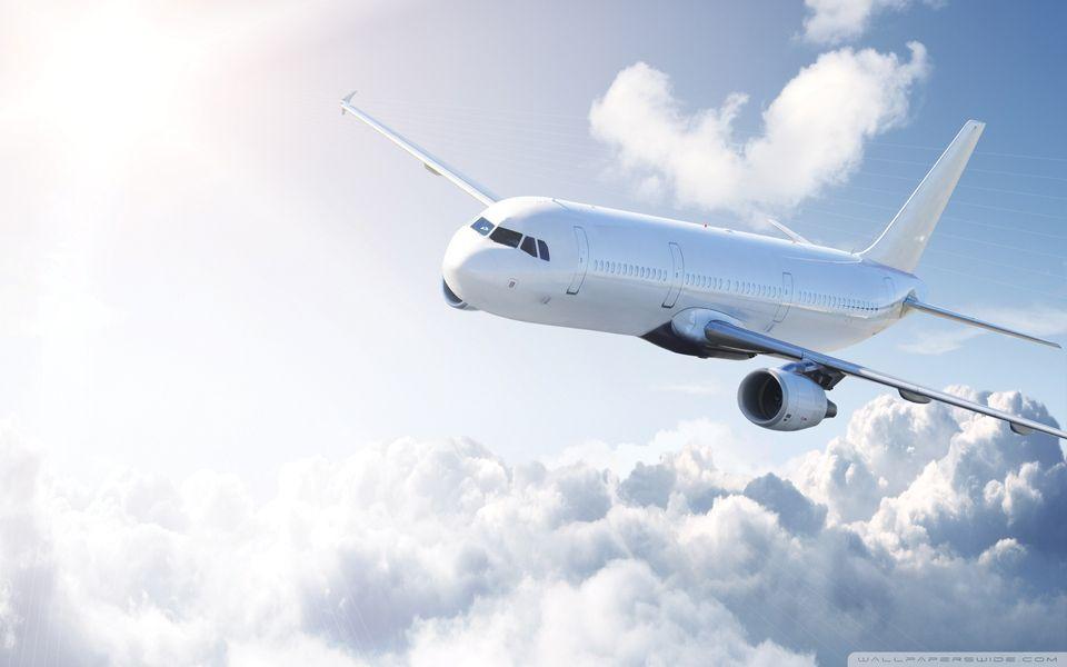 Αεροπλάνο πετά πάνω από τα σύννεφα