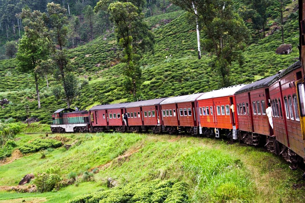 Κόκκινο τρένο διασχίζει την επαρχία της Σρι Λάνκα.