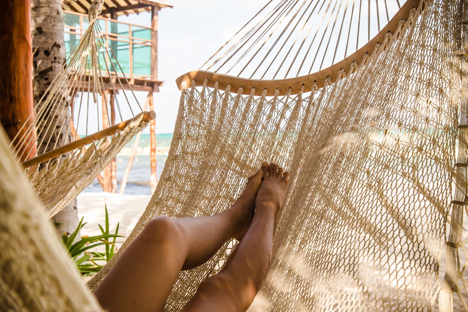 Luieren aan het strand in een hangmat